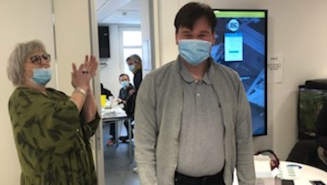 20210317 Nikolaj fik den første vaccine på botilbuddet Frydenlund